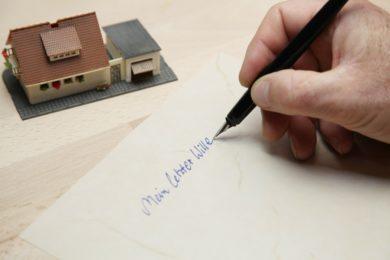 Wenn man eine Immobilie vererben will und nichts verkehrt machen will, such man sich am besten einen Anwalt!
