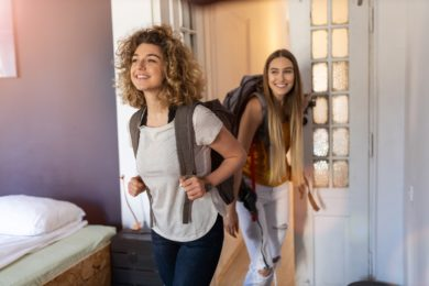Privatleute, die bei Airbnb als Vermieter auftreten + Wohnraum zur Verfügung stellen, müssen alle Einnahmen daraus versteuern.
