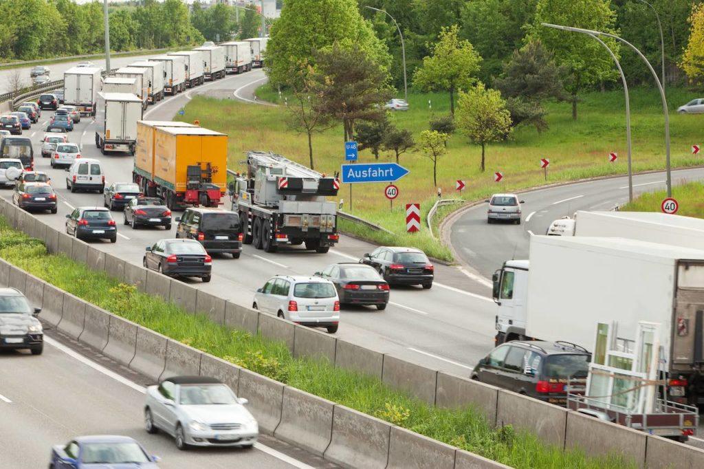 Verkehrsteilnehmer dürfen auf Auffahrten nicht schneller als der normale Verkehr fahren